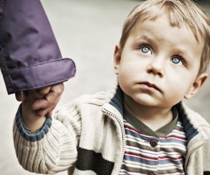 Что делать ребенку, если к нему в подъезде пристал незнакомец?